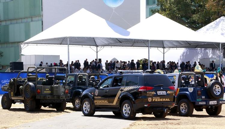 Policiais federais aplaudidos em desfile em Brasília